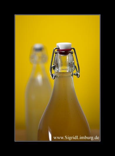Fotografie von zwei Flaschen mit Weinlikör und Traubensaft