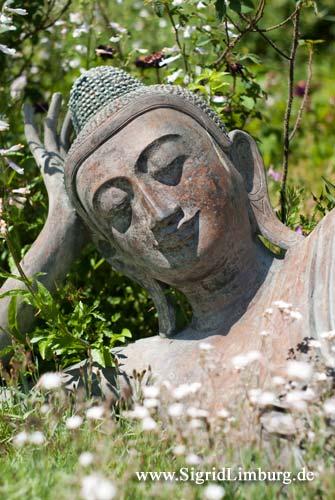 Foto In der Sonne liegender Buddha