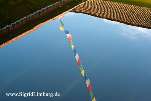 Foto Wasser Spiegelung Gebetsfahnen