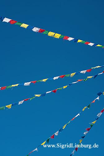 Foto Pavillon Gebetsfahnen und blauer Himmel