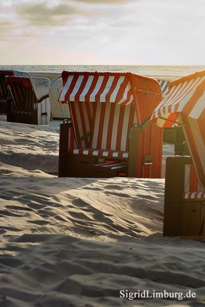 Fotografie Rote Strandkörbe am Strand von Juist © Sigrid Limburg