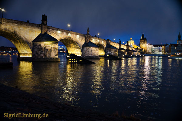 Fotografie Karlsbrücke in Prag bei Nacht © Sigrid Limburg