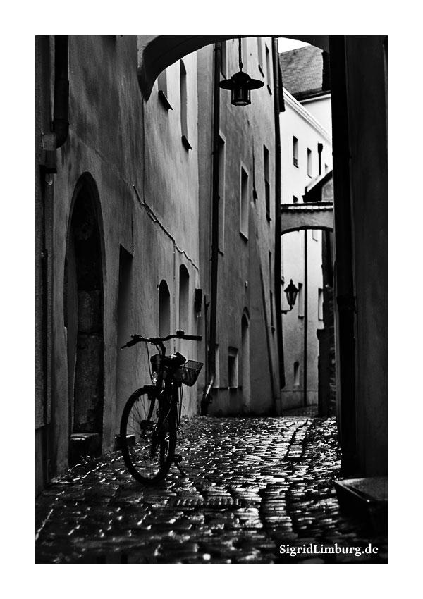 Fotografie Passau Gasse nach dem Regen © Sigrid Limburg